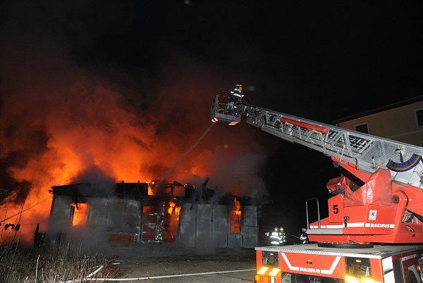 Vúvodní fázi zásahu, kdy se zřítila konstrukce střechy budovy, se jeden ze zasahujících mužů lehce popálil.