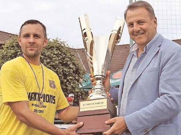 Pohár pro mistry pražského přeboru je opět v rukách týmu FC Přední Kopanina.