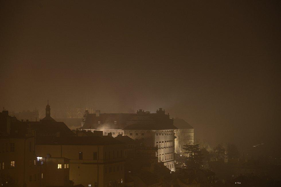 Tento pohled se naskytl lidem, kteří se rozhodli pražský novoroční ohňostroj sledovat z teras Strahovského kláštera.