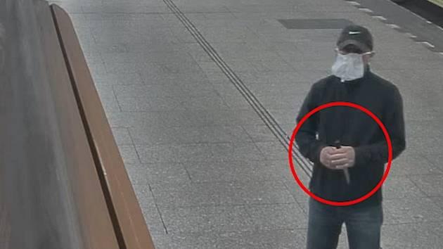 VIDEO: Policie hled mue, kter pomhal skupince vydra