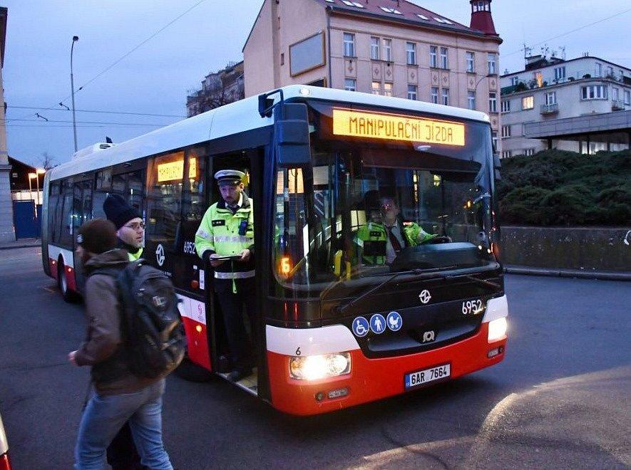 U Smíchovského nádraží srazil autobus ženu.