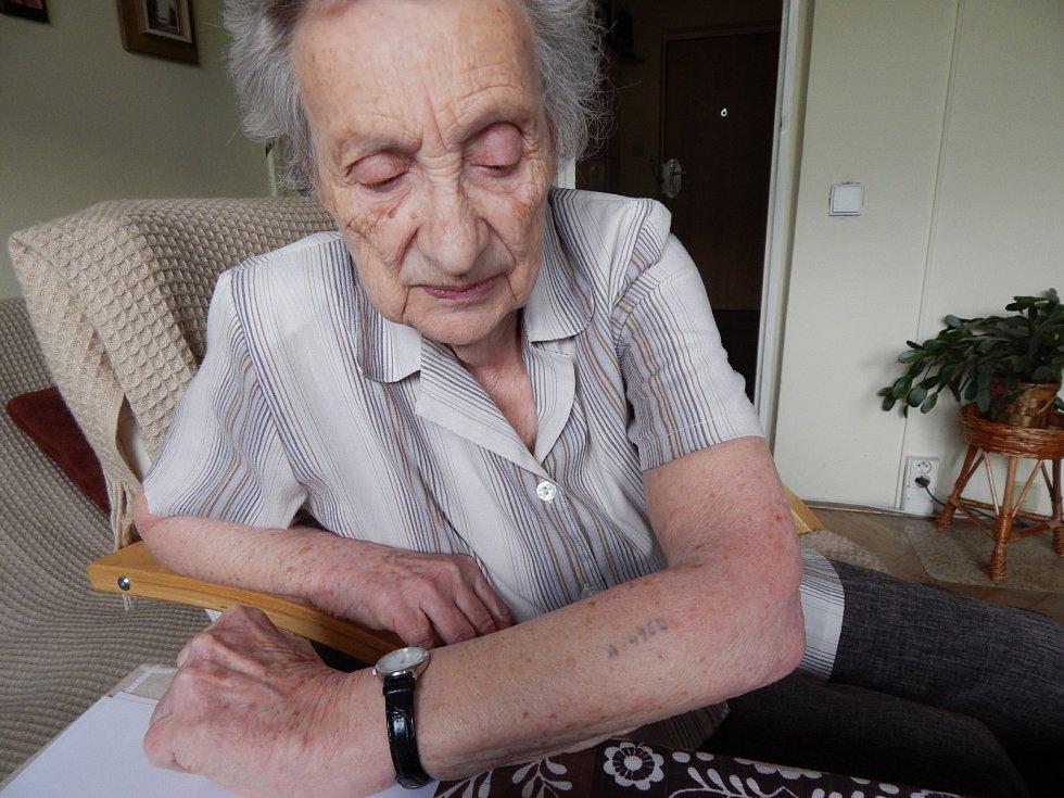 Jarmila Weinbergerová v květnu roku 2013. Vytetované číslo.