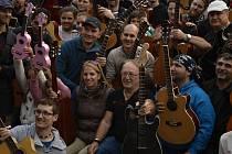 Kytaristé s hudebníkem Petrem Jandou v rámci multižánrového festivalu Street Happening of Karlín.