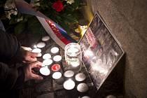 Zástupci Univerzity Karlovy a studenti pietním aktu u pražské filozofické fakulty připomněli tragickou smrt Jana Palacha
