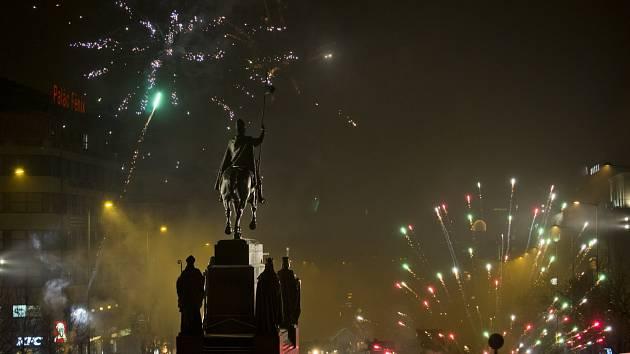 Oslavy nového roku v centru Prahy. Cizinci slavili už od soumraku, Češi si do centra vyšli až před půlnocí.