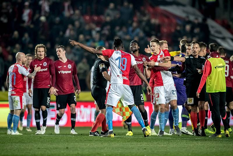 Zápas 28. kola Fortuna ligy mezi Sparta Praha a Slavia Praha, hraný 14. dubna v Praze v Sinobo stadium. Strkanice na konci