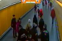 Při konfliktu v metru na Národní třídě v Praze zranil agresor strážníka pistolí.