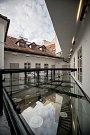 Pražské Divadlo Na zábradlí představilo 12. října zrekonstruované prostory. Podobu nového divadla navrhl architekt Marek Tichý. Přestavbou atria získalo divadlo dvoupodlažní foyer. Rekonstrukce se dotkla také diváckého traktu, kavárny, sociálních zařízení