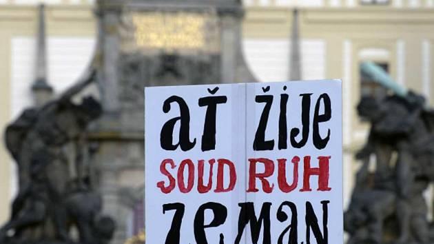 Transparent na shromáždění proti populismu a proti politice prezidenta Miloše Zemana.