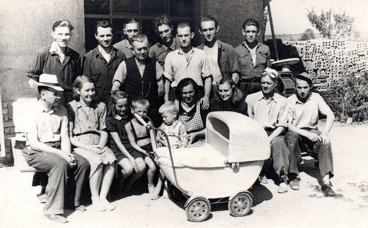 Rodina Hořejších v dolní řadě zleva.