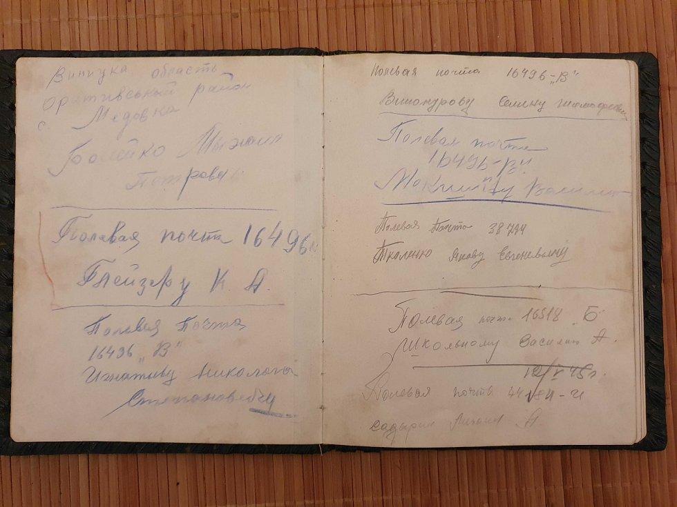 Ruská věnování. V deníčku paní Máchové lze dodnes vidět otisky prstů, které tam nechali rudoarmějci.