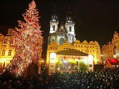 Silvestr na Staroměstkém náměstí přilákal tisíce lidí.