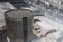 Už zhruba rok se lidem nabízí u stanice metra Národní třída stále stejný pohled. Jednou by Copa Centrum mělo změnit podobu této lokality. Kdy tomu tak bude, není zcela jisté; na podzim se tu snad opět začne pracovat. Čeká podobný osud i Florenc?