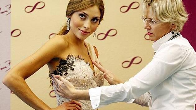 Česká Miss World 2011 Denisa Domanská se 12. října v Praze zkoušela šaty návrhářky Jany Berg před odletem do Londýna na soutěž Miss World.
