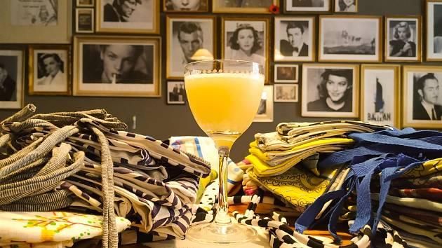 Bar Behind The Curtian pod vedením Gabriely Sedláčkové na pražském Žižkově se na jaře kvůli koronaviru stal epicentrem dobrovolnické činnosti. Teď nemůže prodávat alkohol ani s sebou.