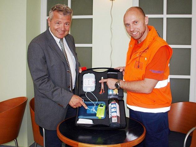 Ředitel středočeské záchranné služby Martin Houdek (vlevo) ukazuje spolu s vedoucím školitelem Markem Hylebrantem defibrilátor.