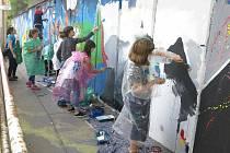 Děti ze základních škol pomalovaly zeď