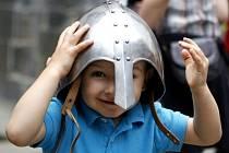 Nejvíce si převleků za statečné rytíře užívají děti.