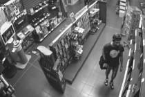 Kamerový záznam, který jeho počínání zachytil, ukázal, že neznámý muž, který se objevil odpoledne krátce po půl třetí, se nejprve po prodejně rozhlédl - a pak se přihrnul k místu, kde jsou vystaveny tablety.