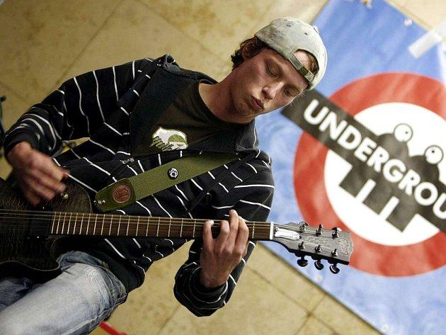 PRAŽSKÝ MAJÁLES. Studentská kapela Nenaděláš nic vystoupila ve čtvrtek v podchodu stanice metra Můstek.
