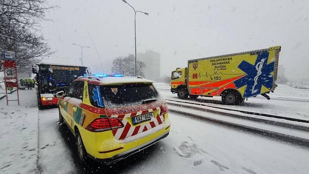 V Praze se u zastávky srazily dva autobusy. Pět starších žen bylo zraněno.
