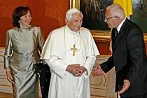 Papeže Benedikta XVI. na Pražském hradě přivítal prezidentský pár .