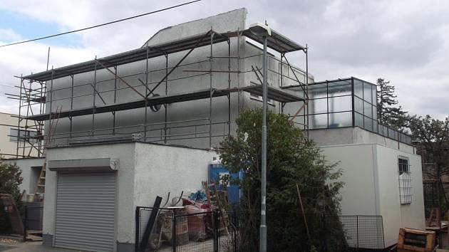 Čeňkova vila na Babě prochází rekonstrukcí. Podle kritiků už nyní přišla o svoji historickou hodnotu.