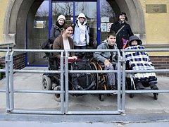 Vozíčkáři u vchodu do budovy Jedličkova ústavu pro tělesně postiženou mládež v Praze.