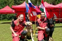 kynologičtí záchranáři pražské městské policie Michal Sitte a Romana Hübnerová a jejich psi.