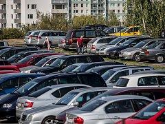 Devadesát parkovišť pronajímá Praha pod cenou. Těm se zvýší nájem. Jiné plochy zaniknou. Ilustrační foto.