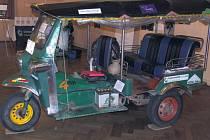 Velkým tahákem festivalu 'Kolem světa' na Smíchově byla vystavená motorová tříkolka, takzvaný tuk-tuk. Na té dva čeští cestovatelé Martin Měchura a Petr Petříček podnikli čtyřměsíční expedici z Bangkoku do Prahy.