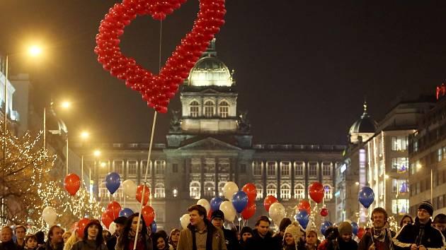 Na různých místech v Praze si lidé v úterý 18. prosince 2012 připomněli první výročí úmrtí Václava Havla.