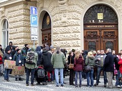 Před posledním jednáním zastupitelstva třetí městské části v Praze se před radnicí sešlo několik desítek lidí protestujících mimo jiné i proti možnému konci současného kempu Pražačka.
