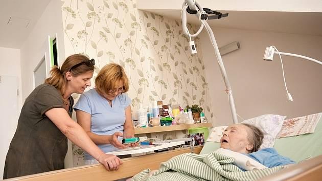 Blízkost rodiny a ošetřujícího personálu, to vše pomáhá pacientům zmírnit případné utrpení v posledních chvílích jejich života. Ilustrační foto.