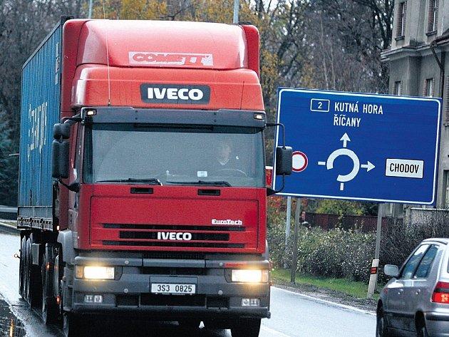 UHŘÍNĚVES. Tato obec zaznamenala v posledních letech obrovský nárůst dopravy. Situaci výrazně komplikují projíždějící kamiony.