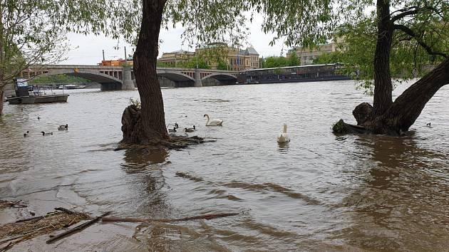Vltava v Praze zůstává na prvním povodňovém stupni.