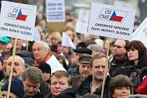 Stávka státních zaměstnanců na Palackého náměstí v Praze.
