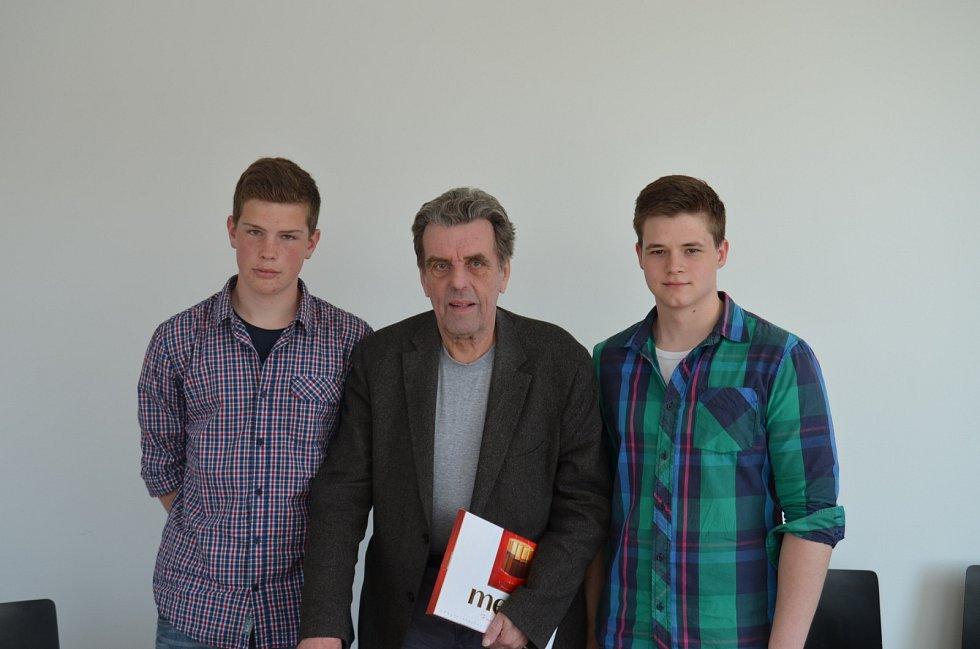 Jan Sokol s žáky z projektu Příběhy našich sousedů.