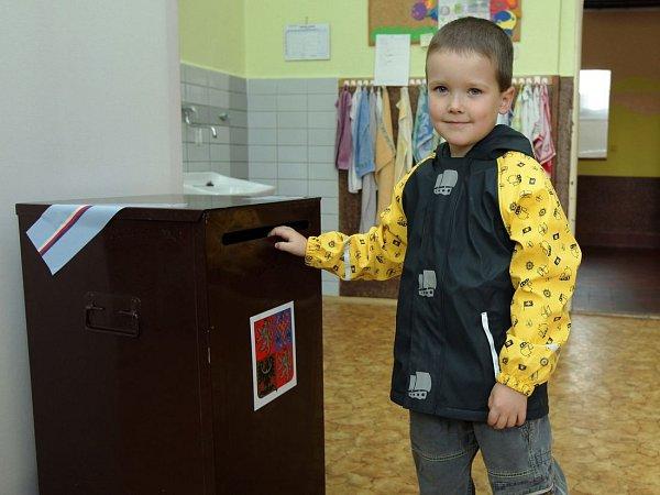 První den voleb do poslanecké sněmovny vPraze. ZŠ Jarov na Žižkově