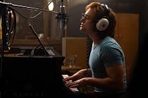 Strahovské autokino dnes večer promítá životopisné drama o Eltonu Johnovi.