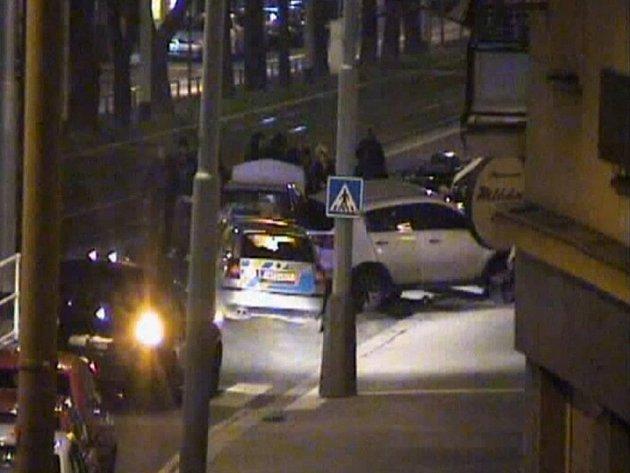 Řidič narazil do zaparkovaného auta, jehož odmrštěním poškodil další vozy