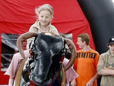 ZÁBAVA. Na Letné se bavili dospělí,ale především děti. Pořadatelé pro ně připravili řadu her a soutěží.
