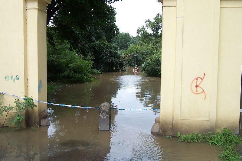 Povodně z roku 2002 v Praze. Na fotografii je vidět zaplavený vchod do Stromovky.