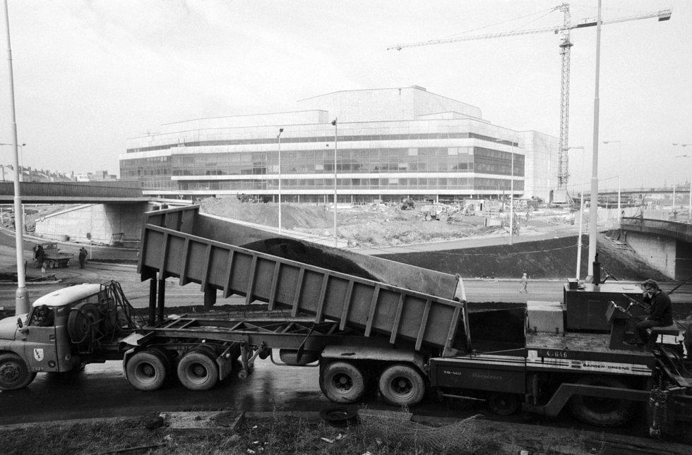 Pohled na pozemní úpravy nájezdu na Pankráckou radiálu u Paláce kultury.v roce 1980. Půl roku před otevřením Paláce kultury.
