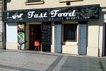 Fast food Asijské speciality obsluhoval zákazníky ze dveří.
