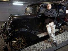 Režisér Jiří Menzel pózuje před historickou drážní drezínou Tatra, která se objevila v jeho filmu Ostře sledované vlaky.