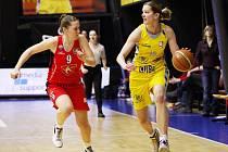 Basketbalistka USK Eva Vítečková (ve žlutém) překonala v duelu hranici 6 000 bodů.