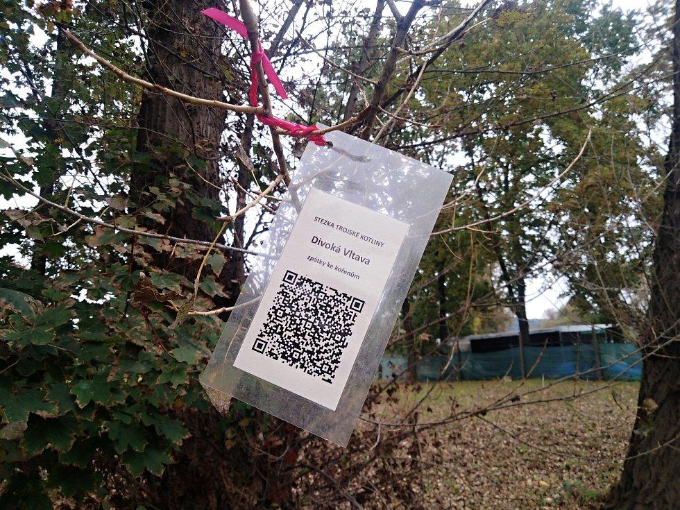 Ten, kdo se chystá na procházku skrz Stromovku, Bubeneč, Troju a Holešovice, by si měl všimnout QR kódů na stromech. Když na ně namíří svůj chytrý telefon, může se dozvědět o Trojské kotlině celou řadu zajímavostí.