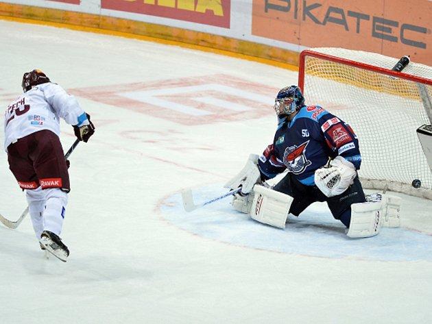Lukáš Pech ze Sparty střílí vítězný gól.