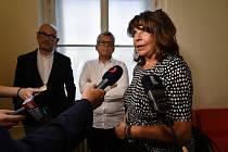 Vnučka novináře Ferdinanda Peroutky Terezie Kaslová hovoří s novináři na chodbě Městského soudu v Praze, který 2. července 2020 projednával odvolání ve sporu o omluvu kvůli výrokům prezidenta Miloše Zemana o jejím dědovi.